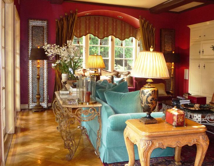 Интимный уголок для леди. Будуар может позволить хозяйке чудной комнаты несдержанность в палитре красок и перенасыщенность обстановки.