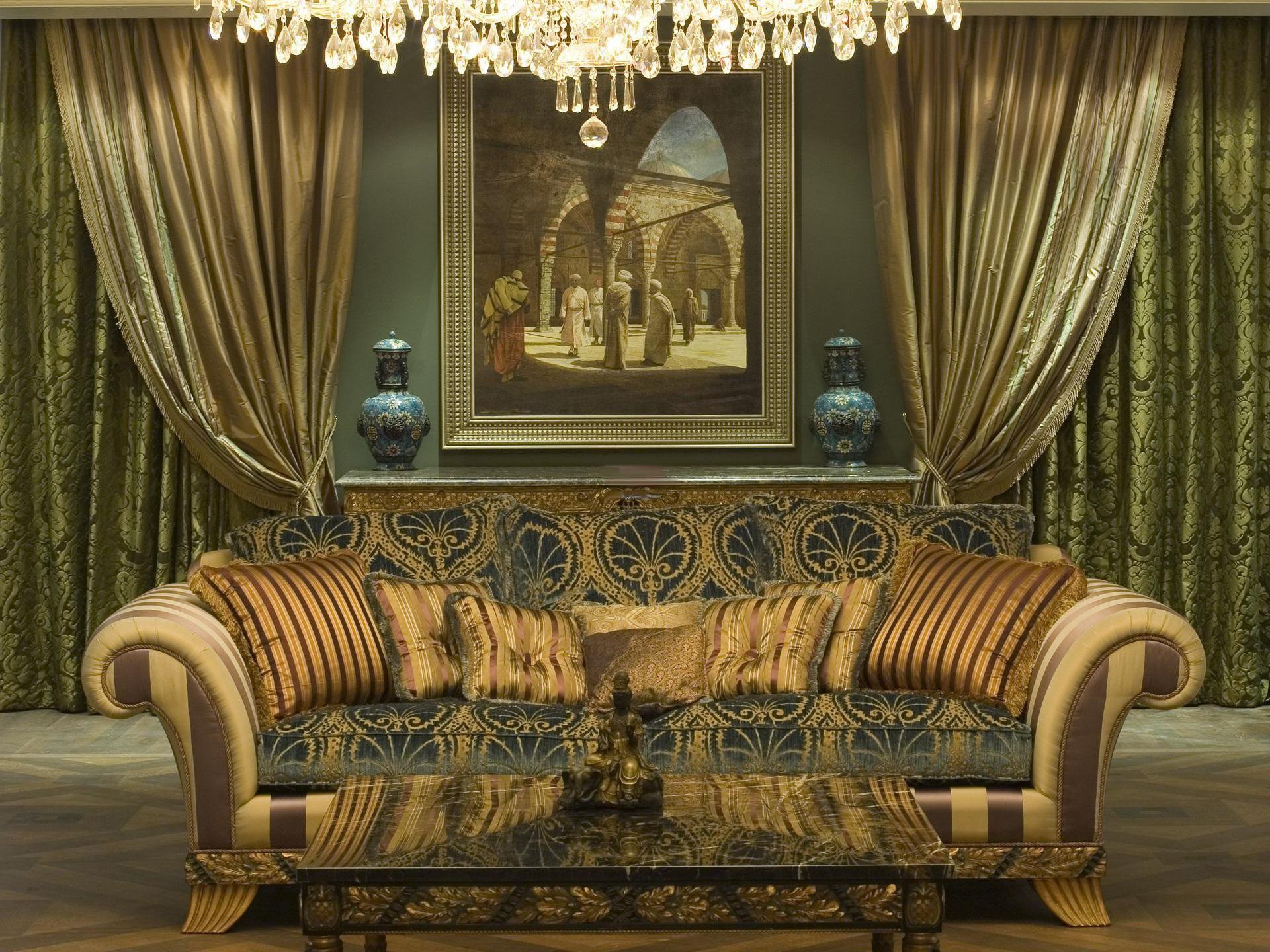 Массивная люстра из хрусталя в холле в стиле барокко.