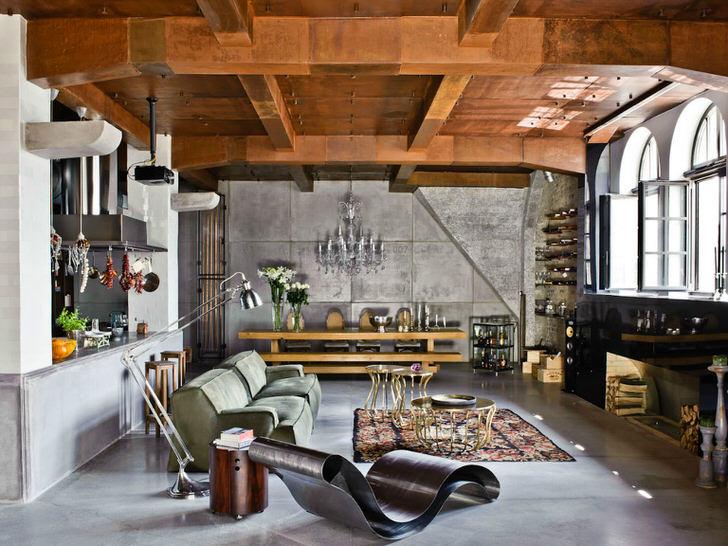 Модный, богемный стиль лофт. Основа-просторное помещение бывшей мастерской. Наполнение- вещи с блошиный рынка, модерн, классика, хай тек.
