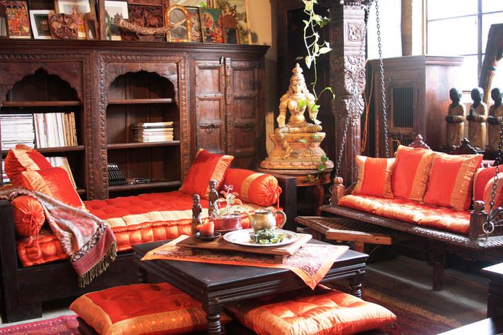 Цвета загадочной Индии: золото, ярко красный, цвета дорогого эбонового дерева.