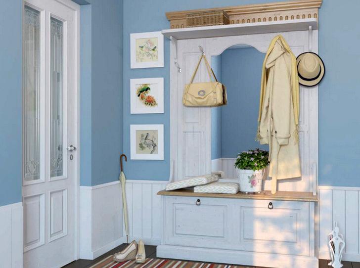 Нежно-голубые тона отлично сочетаются с белой мебелью из дерева. Интересны три картинки в одинаковых рамках, украшающие стену возле вешалки.