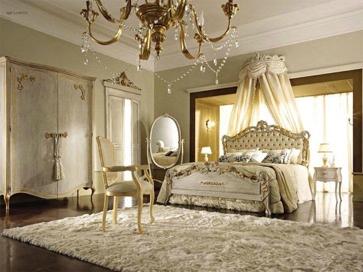 Балдахин над кроватью убран за спинку у изголовья. Нежно-бежевые оттенки удачно гармонируют с золотыми элементами декора.