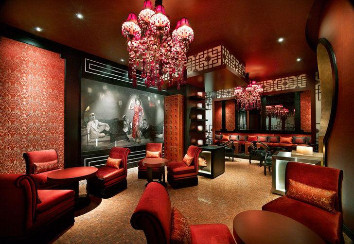 Китайская гостиная-преобладание терракотового цвета, фонарики, чёрное дерево.