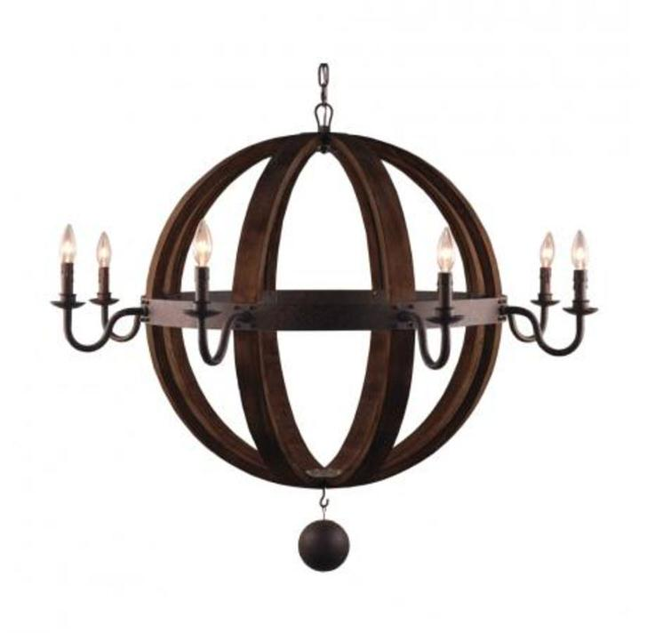 Люстра в кантри стиле в интересной интерпретации. Интересны лампы, которые имитируют горение свечей.