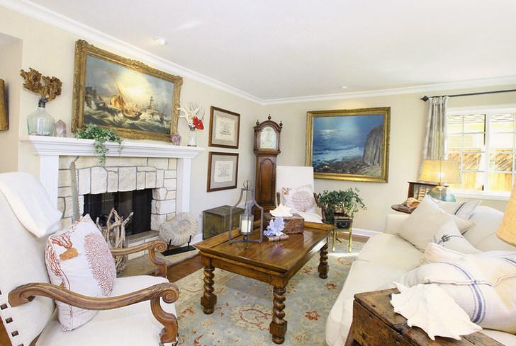 Антикварная мебель в современном интерьере гостиной.