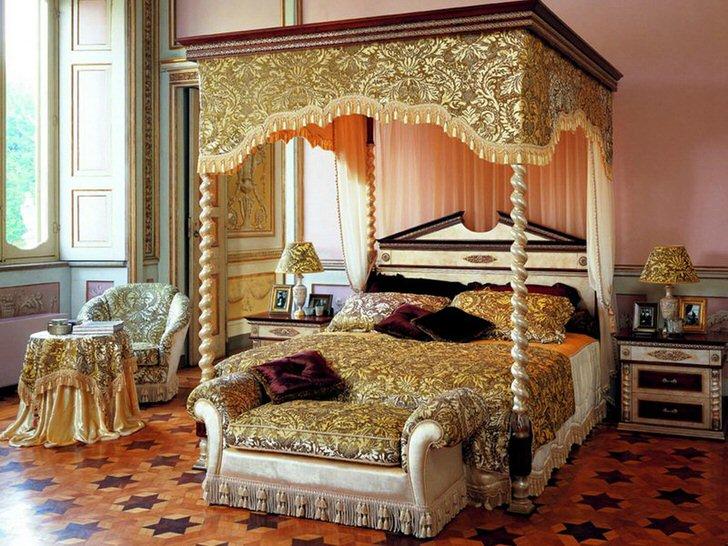 Шикарная просторная спальня с балдахином над кроватью.