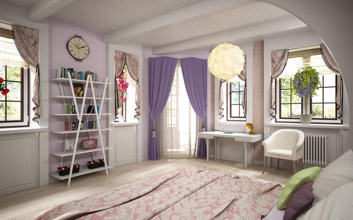 Выход на балкон декорирован однотонными фиолетовыми шторами, в то время как на окнах висят небольшие занавески с цветочным рисунком.