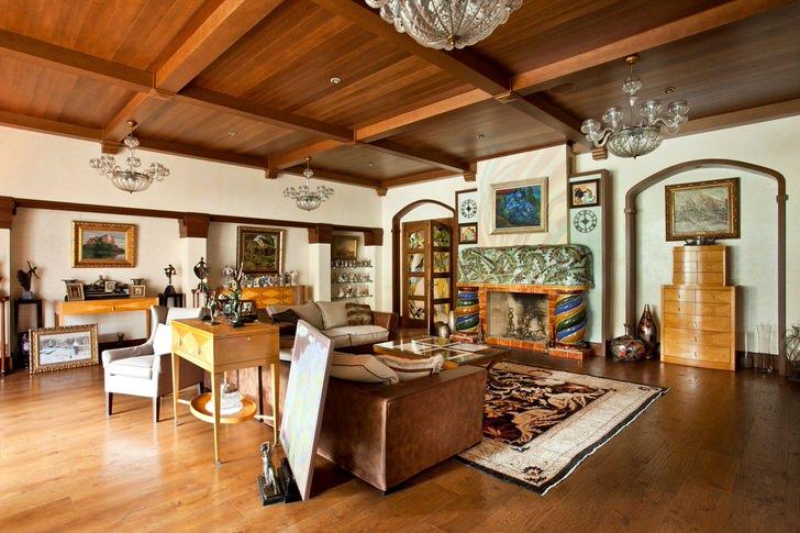 Уютная гостиная в кантри стиле в доме на севере Скандинавии. Это не беспорядок, просто данный стиль приветствует легкую небрежность в оформлении интерьера.