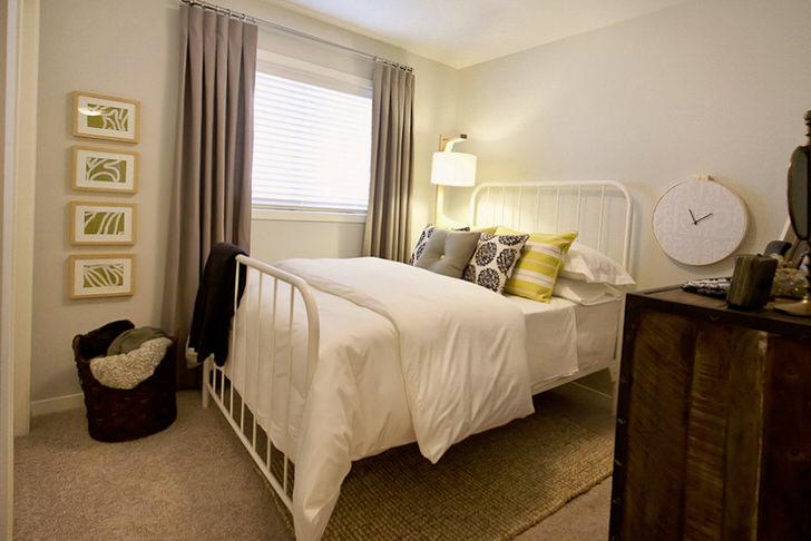 В спальне в стиле кантри цветочный узор прослеживается на четырех картинах, которые украшают стену у окна.