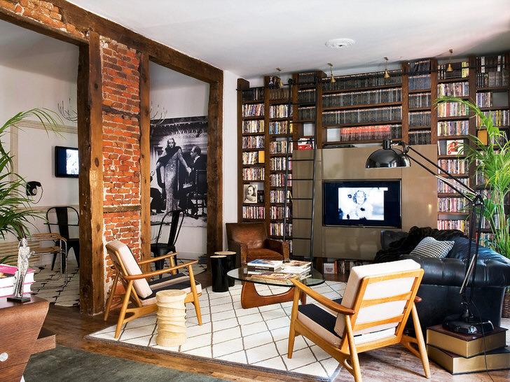 В интерьере гостиной грамотно подобрана мебель и вещи 40 годов.