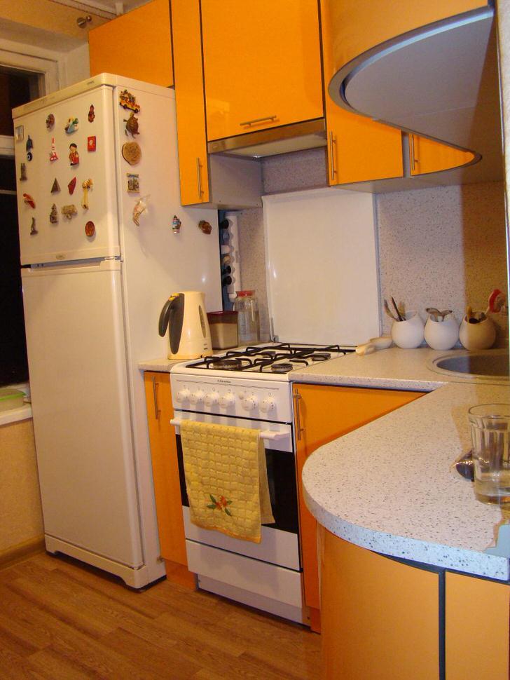 Большой холодильник в малом пространстве