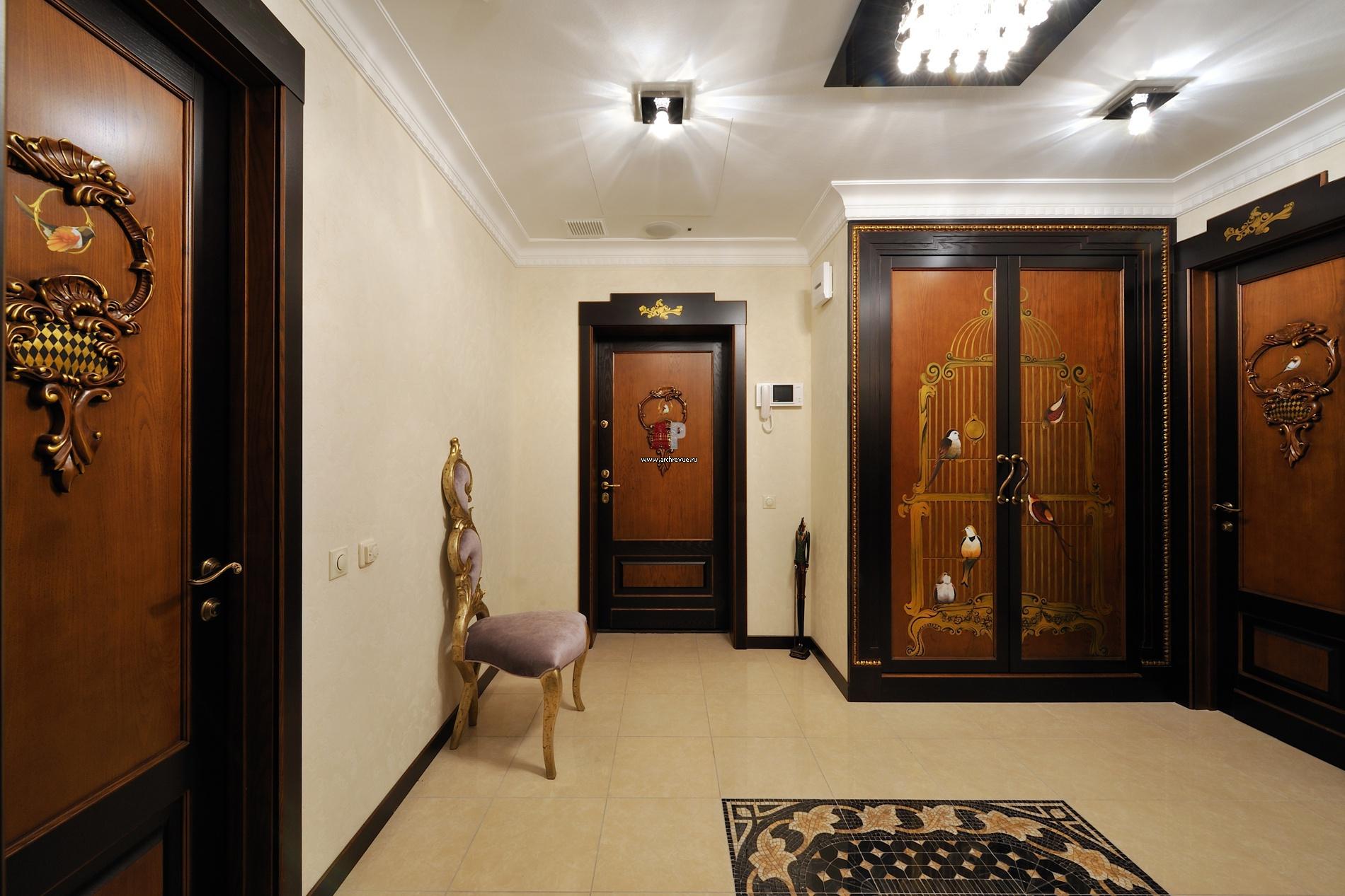 Пример правильного выбора освещения для прихожей в барокко стиле.