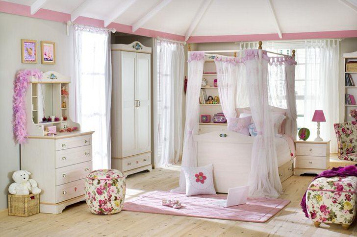 В центре композиции кровать под балдахином. Цветочные мотивы придают общей картине некую легкость.