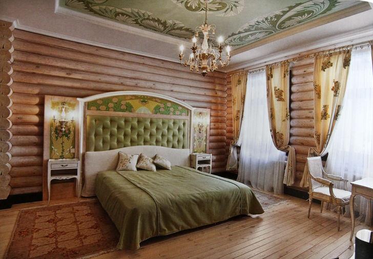 Стены спальни в лучших традициях кантри отделаны натуральным деревянным срубом. Однако без цветочных мотивов все же никуда. Светло-бежевые шторы украшает редкий цветочный узор.