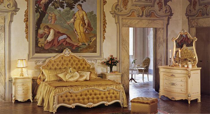 Спальня в стиле барокко в золотых тонах. Стена в изголовье кровати украшена огромной старинной картиной.