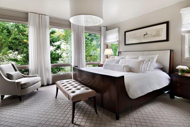 Роскошная просторная спальня в загородном доме. Изумительный вид из окна во всю стену.