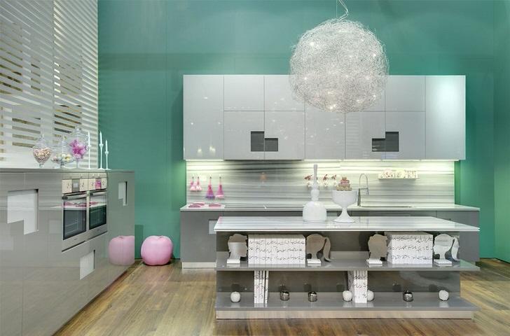 Светло-серые оттенки и модный мятный на кухне в стиле авангард в одном из домов Подмосковья.