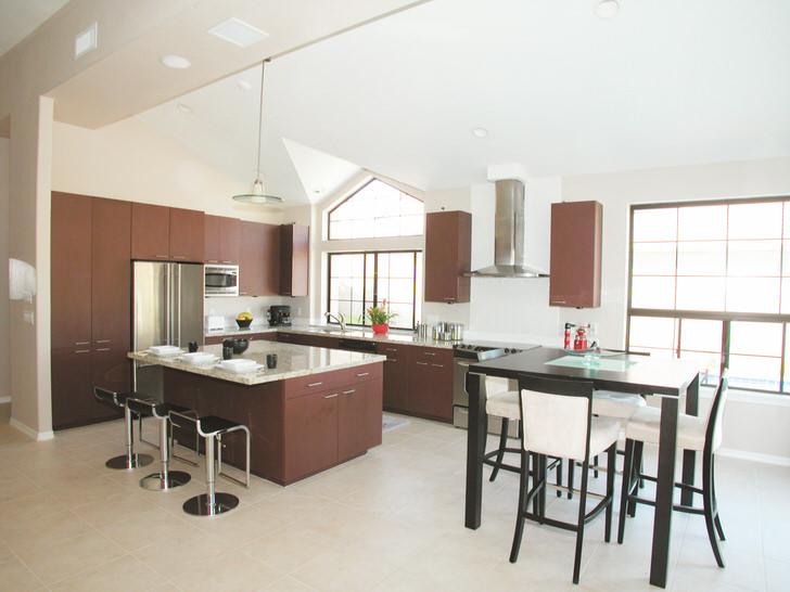 Островок кухни в большой гостиной.