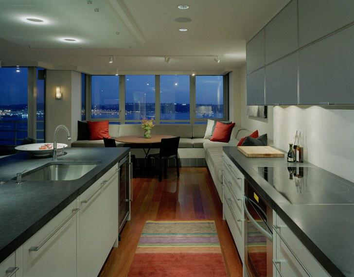 Большая кухня в жилом небоскрёбе Чикаго. Без сплошных больших окон интерьер кухни надоел в 5 минут.