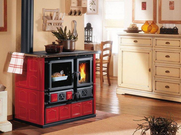 Камин в красно-чёрных тонах-украшение кухни в стиле прованс.