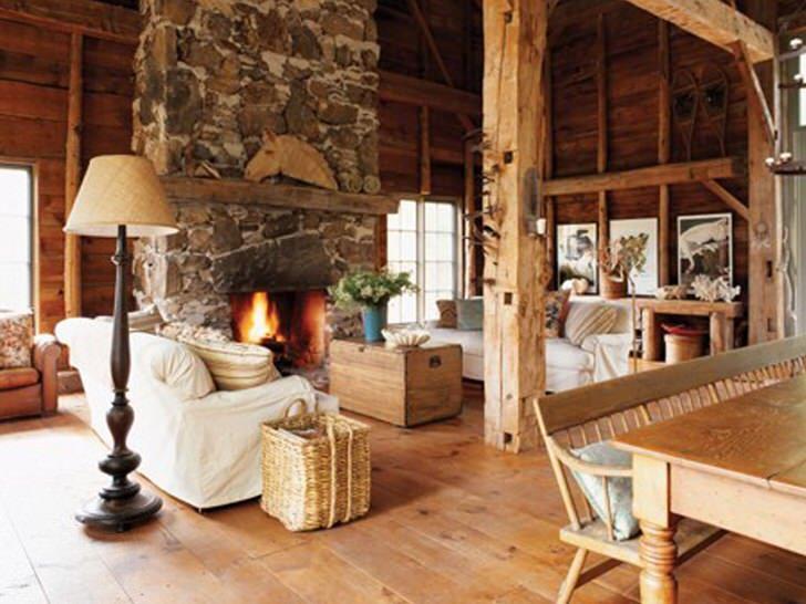 Охотничий дом с гостиной в стиле кантри.