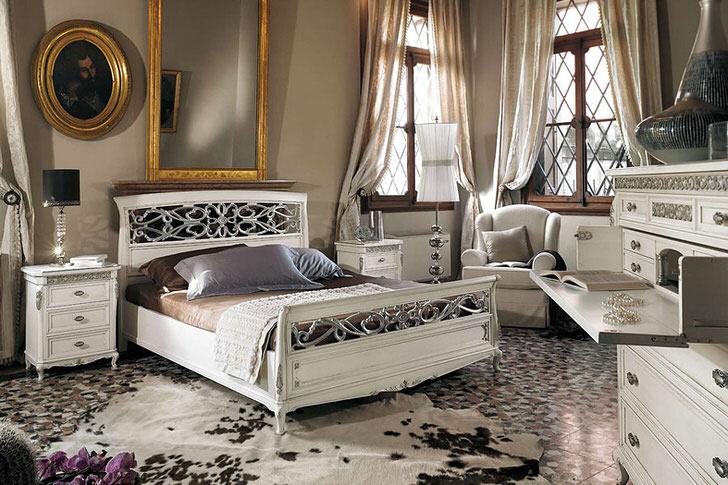 Соблюдено основное требование барочного стиля. В просторной спальной комнате с высокими потолками белая деревянная мебель контрастно смотрится на фоне темных оконных рам.