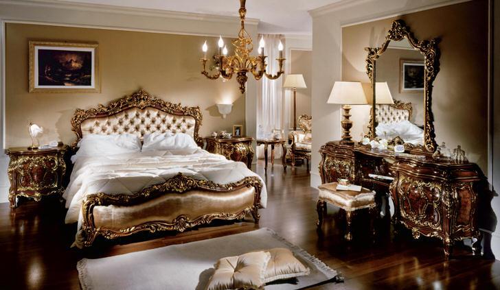 Шикарная семейная спальня в барокко стиле в загородном доме. Явной чертой, характерной каждому предмету мебели комнаты, становится ее легкость и торжественность.
