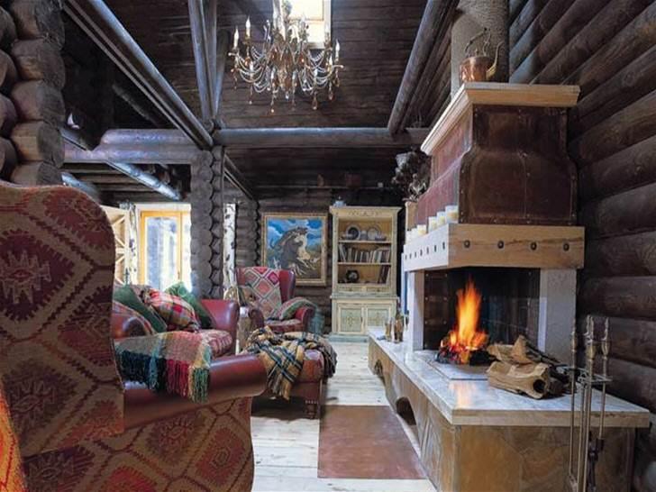 Странный дом из сказки страшилки с необычным камином. Похоже на стиль лофт в столетнем почерневшем от времени деревянном срубе-амбаре.