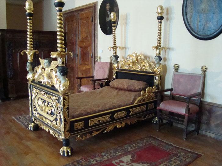 Спальня в барочном стиле напоминает о временах средневековья.