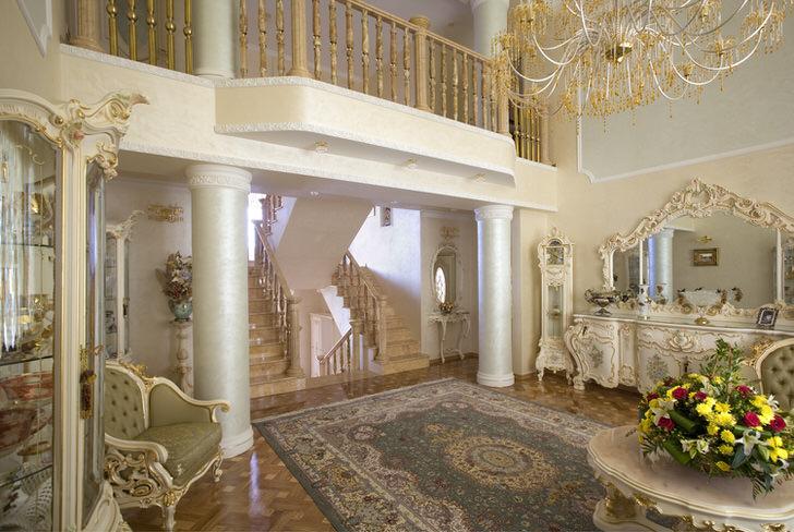 Гостевая комната в барокко стиле. Интерьер интересен колонами и балкончиком на втором этаже.