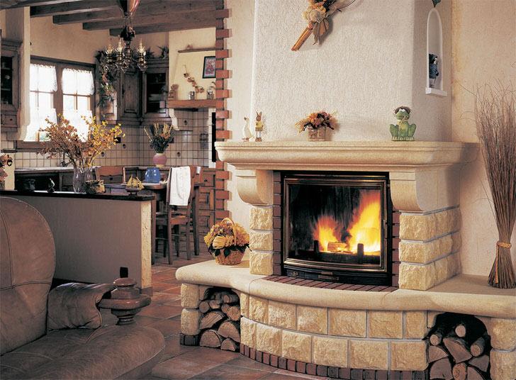 Уютный, светлый камин с современной топкой и жаропрочным стеклом. Полочки на камине для памятных вещей и семейных фото.