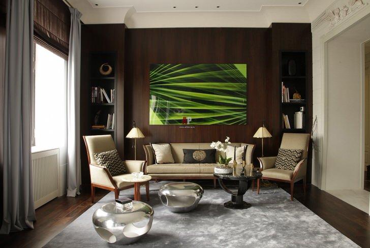 Контраст темно-коричневой стены за диваном и пола со светлым потолком и стенами в лучших традициях эклектики.