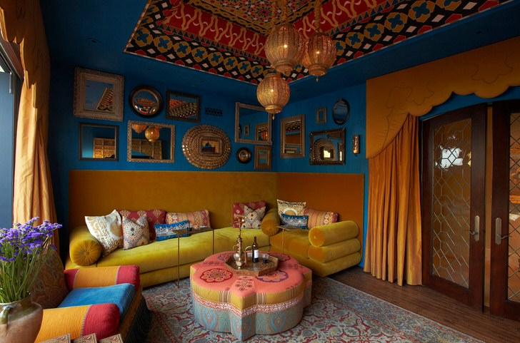 Характер гостиной зажиточной индийской семьи-сочетание цветов индии, роскошь и много много декоративных вещиц.
