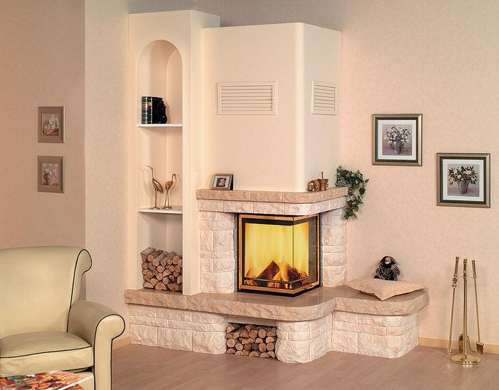 Уютный, светлый камин в уютной комнате .