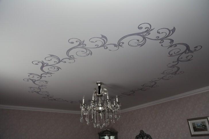 Вариант кругового орнамента на ткани. Для матового цвета полотна дизайнеры предлагают лёгкий орнамент с темным оттенком.