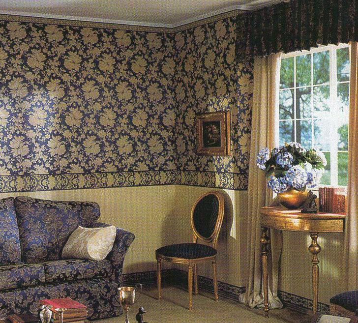 Темно-синие цвета в гостиной барокко. Узор на обоях перекликается с орнаментом на обивке дивана.