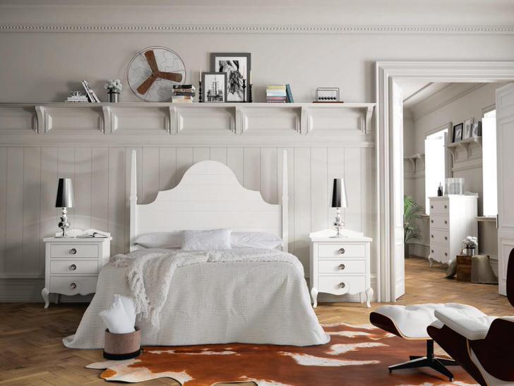 Белоснежная комната в кантри стиле с правильно подобранной мебелью. В особенности интересны прикроватные тумбы с небольшими ящичками.