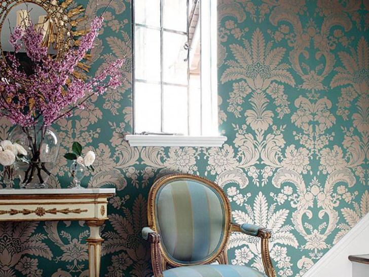 Нежно-голубые тона с узорами золотого цвета. Мебель с резными ручками, окантовка зеркала выполнены в лучших традициях барокко стиля.
