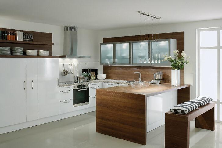 Большие возможности для большой кухни. Светлая кухня в загородном доме.