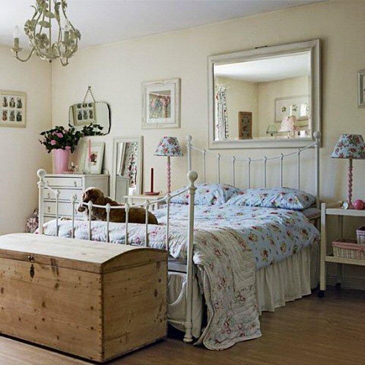 В спальне кантри обязательным атрибутом мебели является комод.