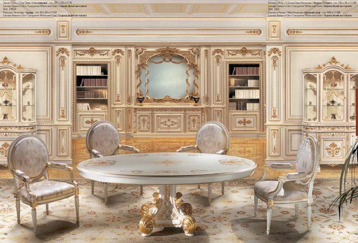 Дизайнерский проект в стиле барокко для большой гостиной. Деревянные стулья и стол выполнены в одном стиле.