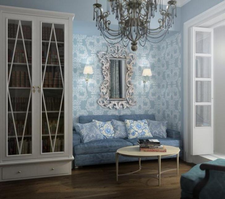 Гостевая комната в голубых тонах. Отделка стен подобрана в соответствии с требованиями стиля барокко.