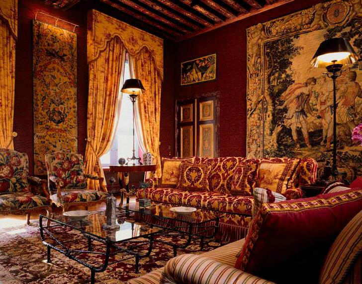 Роскошная мебель обитая тяжёлым гобеленом для роскошной гостиной.