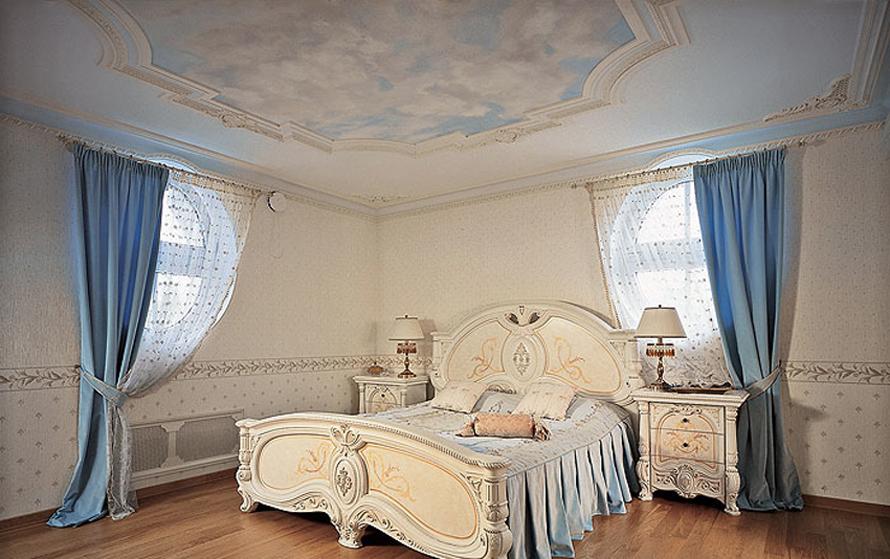 Сдержанная спальня в стиле необарокко.