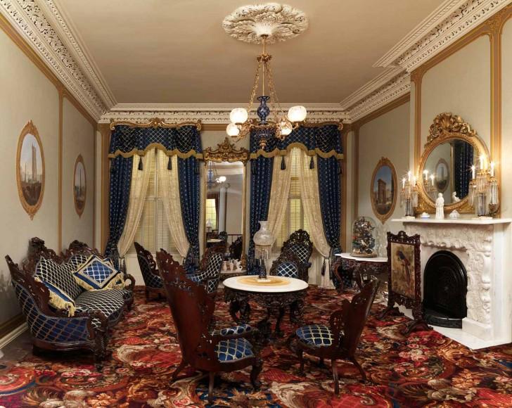 Отличный пример выбора мебели для гостиной в стиле барокко.