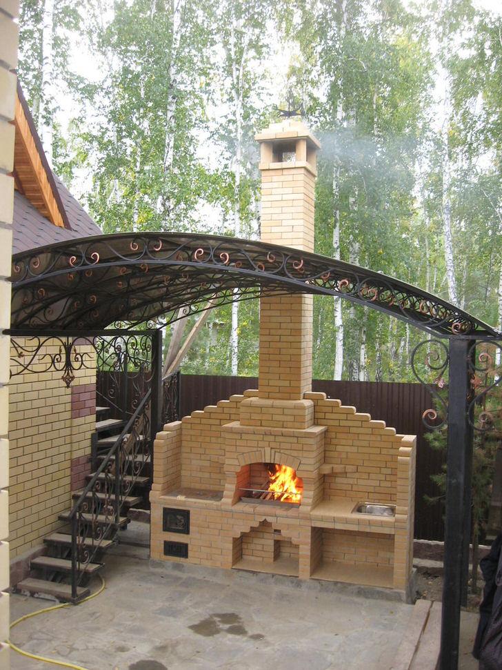 Простой в исполнении, изящный камин-печь в загородном подмосковном доме.
