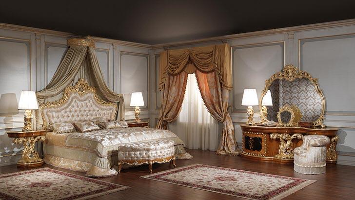 Зеркало для большой спальной комнаты выбрано правильно. Форма неправильного овала отлично смотрится в рамке из золотистого цвета резного дерева.