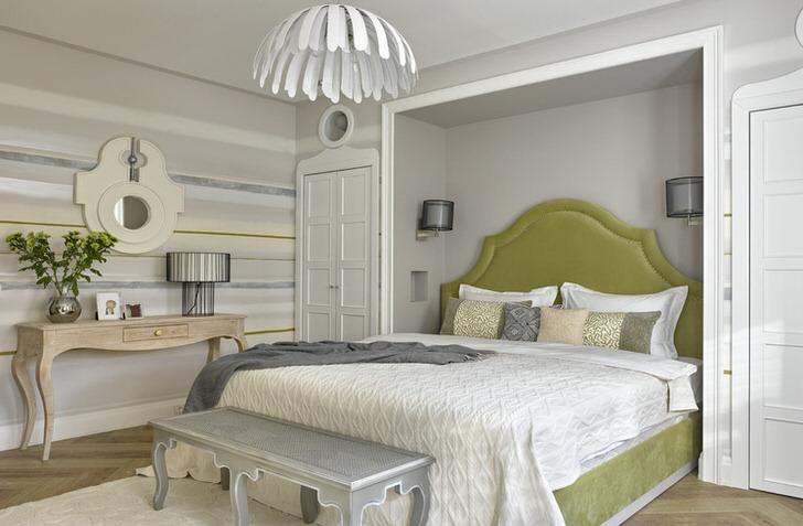 Цветы неброского желтого цвета отлично подходят под кровать оливкового блеклого цвета. Тонко продуманный дизайнерский ход.