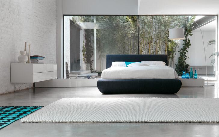 Для оформления уютной спальни хай-тек использовано минимум мебели. Во главе композиции стоит низкая кровать.