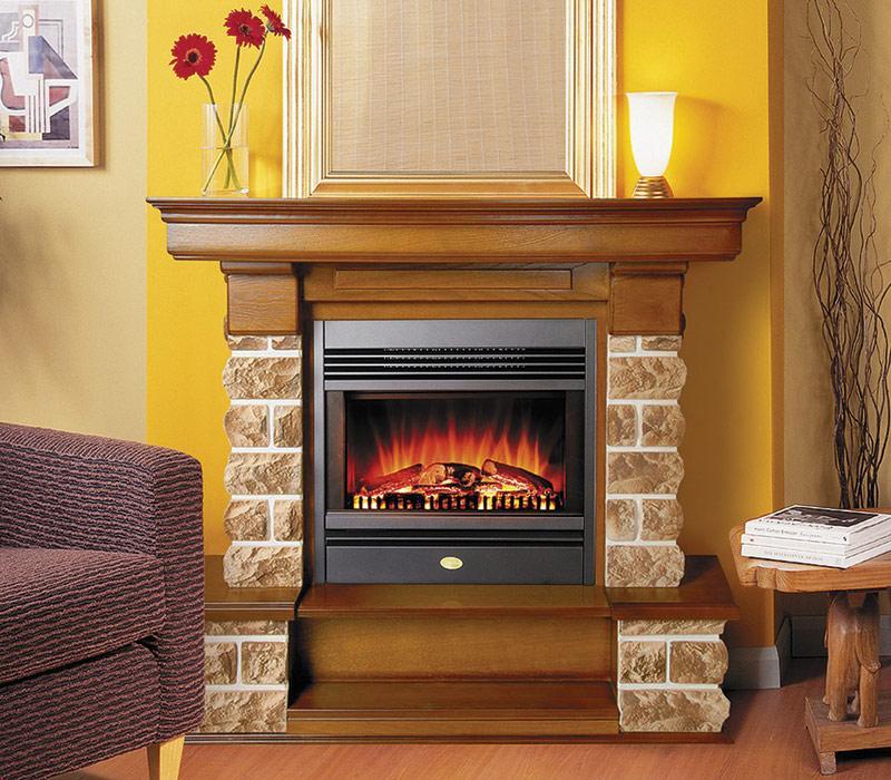 Стильный газовый камин из кирпича с имитацией огня. Интересны также элементы из дерева, которые можно использовать, как полочки.